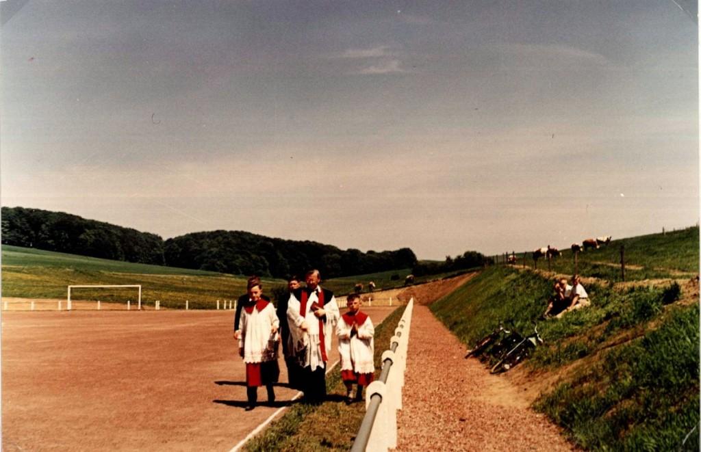 Einsegnung des Sportplatzes 1964 durch Pastor Schneiders