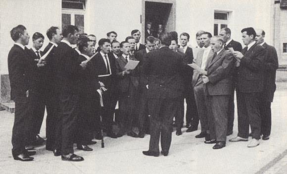 MGV bringt Pastor Dr. Adams 1964 in Kruchten zur Verabschiedung ein Ständchen