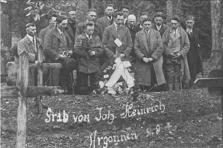 Georg Warken (Böhmer Schorsch) mit Lebacher und Saubacher Angehörigen am Grab von Johann Heinrich, Fotoarchiv: Josef Heinrich