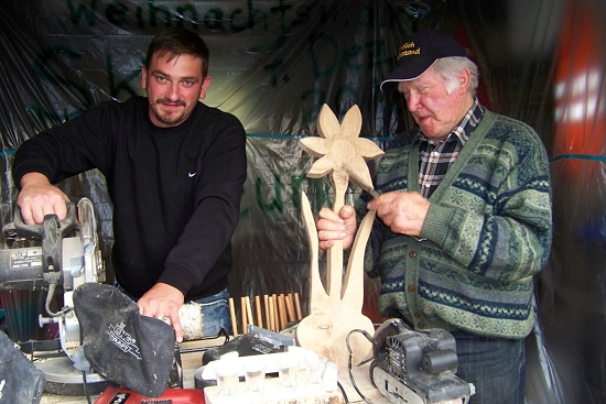 Jung und Alt sind schon kräftig bei den Vorarbeiten für den Weihnachtsmarkt; Foto: Hans Schmitz